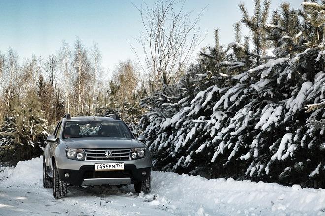 Рено Дастер в лесу зимой
