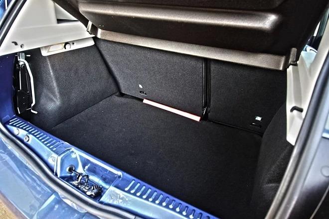 объём багажника в литрах в сандеро