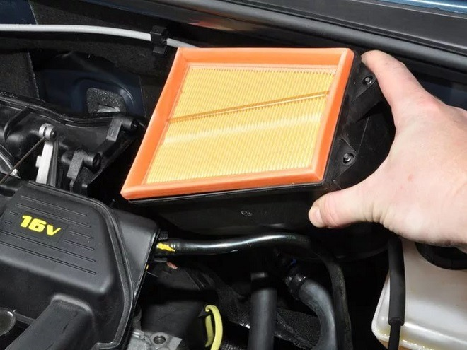 как поменять воздушный фильтр на рено сандеро
